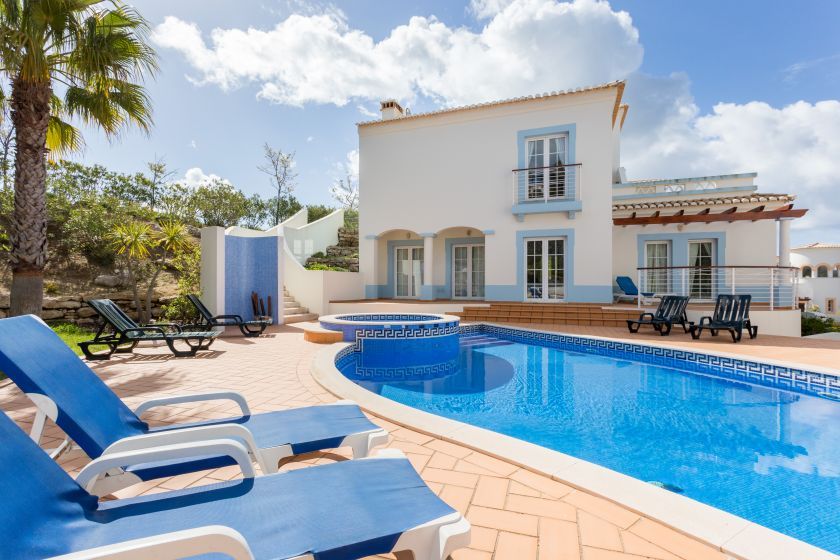 Villa with a pool in the Algarve region